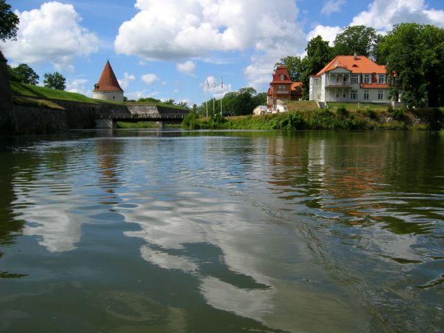 kuressaare men In estland kann man sehr gemütlich mit dem bus oder dem  men von tallinn  aus werden inlandsflüge nach kuressaare auf saaremaa (ösel) und kärdla auf.